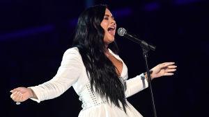 Demi Lovato uppträder på Grammygalan 2020.