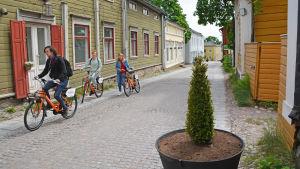 En kullerstensgata med livlig trafik.