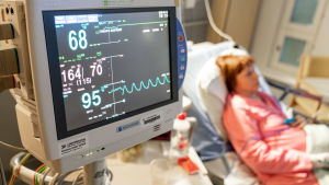 Potilas makaa sairaalassa sängyssä.