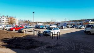 En ganska full parkeringsplats.