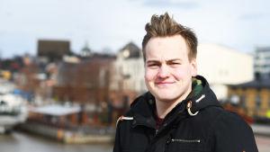 Axel Nylund poserar i Borgå.