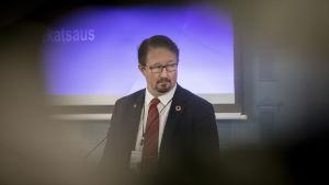 THL:n terveysturvallisuusosaston johtaja Mika Salminen Valtioneuvoston tiedotustilisuudessa 1.4.2020.