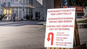 Skylt med information om provtagning för Corona-virus