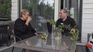 Johanna Virta sekä aviomies Dick Johansson katselevat toisiaan omalla terassilla.