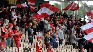 HIFK:s hejarklack viftar med flaggor.