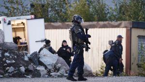 Poliser i full skyddsutrustning på plats i Borgå.