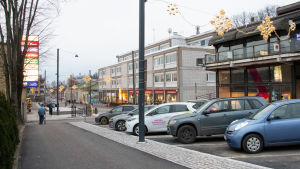 Bilar parkerade i mitten av gatan.