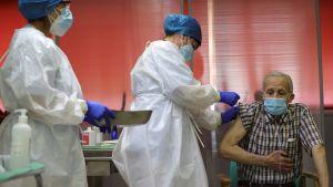 72-åriga Nicanor var först med att få coronavaccin i Spanien i Madrid.