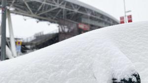 Snö på en bil vid Tölö fotbollsstadion.