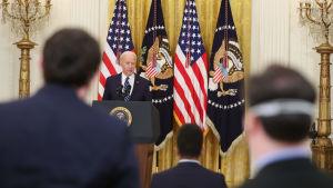 Joe Biden håller presskonferens.