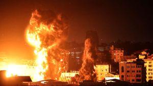 Rökpelare över Gaza City natten till måndagen då de israeliska flygbombardemangen där fortsätter.