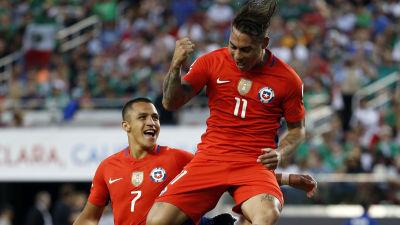 Alexis Sanchez och Eduardo Vargas firar i Copa America-kvartsfinalen mot  Mexiko. e969e54694b98
