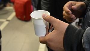 Asylsökande får kaffe av frivilliga på Åbo tågstation