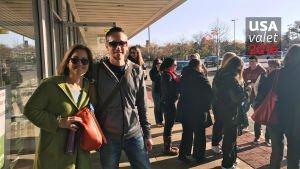 Yoav och Denise Rekem står på trottoaren, de ska snart åka iväg och knacka dörr.
