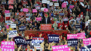 Sonald Trump håller tal omgiven av en jättelik skara anhängare och kampanjskyltar.