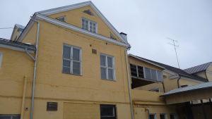 Fasaden på gamla mejeribyggnaden i Tenala, gulmålad tegelbyggnad i flera våningar