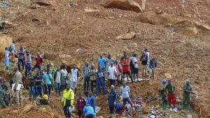 Räddningsarbetare söker efter överlevande efter ett lerskred i Sierra Leone.