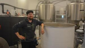 Patrik Björkman kokar humle i Kvarken Brewery