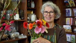 Blomsterhandlare Gina Drockila-Kosonen i sin affär i Pyttis.