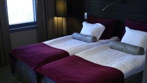 Två sängar i ett hotellrum i Kristinestad.