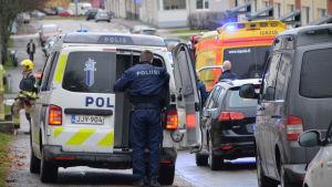 Polisen vid sin bil