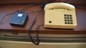 Trådtelefon med VoIP-adapter.