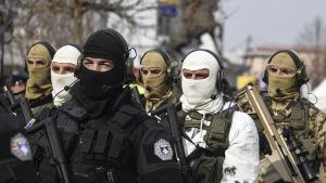 Militärparad i Kosovos huvudstad Pristina i samband med landets tioårsdag.
