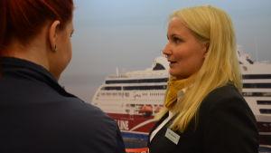 Jenny Linnalehto, viking line fartyg på plansch i bakgrunden