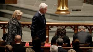 Hillary och Bill Clinton på Barbara Bush begravning