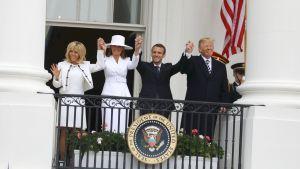 Herr och fru president från USA och Frankrike uppträder för fotograferna på Vita husets balkong