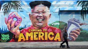 Kim Jong un på en humoristisk väggmålning i Los Angeles, med en donits och en milkshake i handen