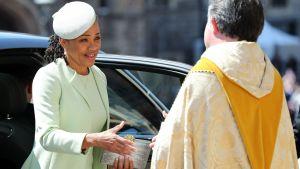 Meghan Markles mor Doria Ragland anländer till kyrkan