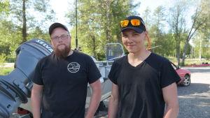 Kenny Andersson och Jonas Karlsson framför sin uppdragna båt