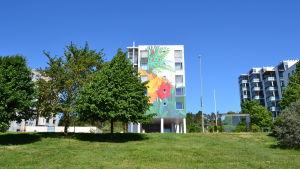 En målad husvägg i Esbo.