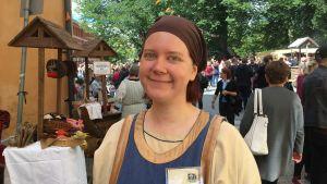 Profilbild på Bettina Westerholm på medeltida marknaden i Åbo.