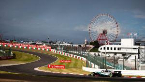 Mörka moln ovanför Lewis Hamiltons bil i Suzuka.