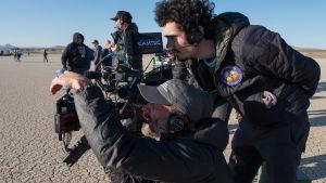 Regissören Damien Chazelle bakom kameran.