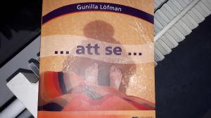 """Omslaget till Gunilla Löfmans bok """"...att se...""""."""