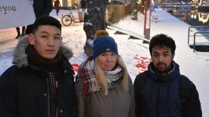Ahmad Hosseini, Linda Bäckman och Ali Reza Heidari står bredvid varandra.