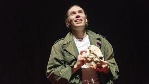 Jussi Nikkilä som Hamlet på Åbo stadsteater