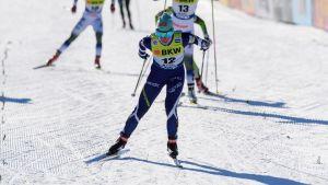 Krista Pärmäkoski tog sig som enda finländare vidare från kvalet i fristilssprinten i Falun.