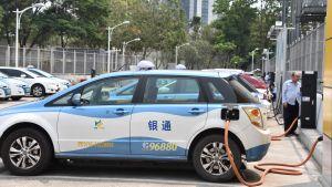 En elbil laddas i Shenzhen, Kina.