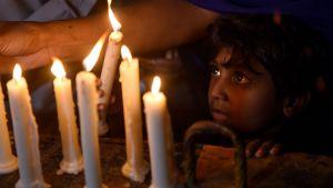 Terrordåd sörjs i Sri Lanka. En pojke med ljus.
