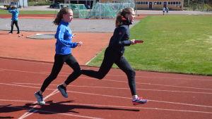 Ida Suuronen och Elvira Johansson övar växlingar.