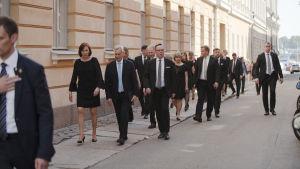 Uusi hallitus kävelemässä Presidentinlinnasta Säätytalolle.