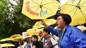 Demonstranter med gula paraplyer protesterar mot utlämningslagen i Hongkong