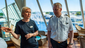 En kvinna och en man på ett fartygs promenaddäck.