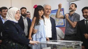 Borgmästarkandidaten Binali Yıldırım röstar i Istanbul tillsammans med hustru och barnbarn.