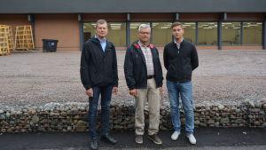 Leif Åkers, Göran Östberg och Linus Krooks utanför den nästan färdiga återbruksgallerian i Storviken i Vasa.