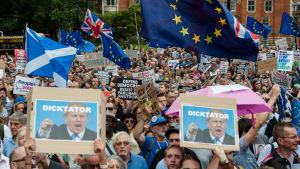 Tusentals människor samlades utanför parlamentet i London för att protestera mot premiärminister Boris Johnsons beslut